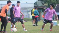 Kapten PSS Sleman, Bagus Nirwanto (kanan) dan rekan-rekannya dalam sesi latihan di lapangan Bercak, Sleman, Senin (10/6/2019). (Bola.com/Vincentius Atmaja)