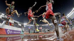 Aksi para atlet cabang atletik saat final nomor 3000 meter steeplechase pada Asian Games di Stadion Utama Gelora Bung Karno, Senayan Jakarta, Senin (27/8/2018). (Bola.com/Peksi Cahyo)