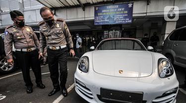 Mobil Mewah Penerobos Jalur Transjakarta yang Bikin Heboh