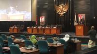 Gubernur Anies Baswedan dan Wakil Gubernur DKI Sandiaga Uno menyampaikan RPJMD Tahun 2017-2022 di Gedung DPRD DKI Jakarta. (Liputan6.com/Delvira Chaerani Hutabarat)