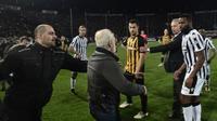 Pemilik klub Yunani, Ivan Savvidis, tiba-tiba masuk ke dalam lapangan dan mengancam wasit dengan pistol setelah gol klubnya dianulir. (AFP)