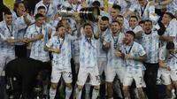Timnas Argentina merayakan kemenangan atas pertandingan Final CONMEBOL Copa America 2021 melawan Brasil yang berlangsung di Stadion Maracana, Rio de Janeiro pada Sabtu (10/07/2021). (AP/Andre Penner)