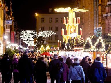 Suasana pasar Natal tradisional di Kota Tua Heidelberg, Jerman, Selasa (4/12). Lokasi ini merupakan salah satu pasar Natal yang paling indah di Jerman selatan. (AP Photo/Michael Probst)