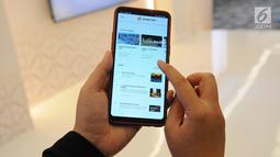 Seseorang sedang mengakses aplikasi Safar dari telepon genggam saat soft launching di Jakarta, Kamis (2/5/2019). Melalui aplikasi Safar, calon jemaah bisa mencari paket umrah yang lebih murah dengan membandingkan beberapa biro travel yang tersedia. (Liputan6.com/Angga Yuniar)