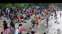 Ribuan pengunjung memenuhi Pantai Ancol pada hari pertama Idul Fitri 1435 Hijriah, Senin (28/7/2014) (Liputan6.com/Andrian M Tunay)