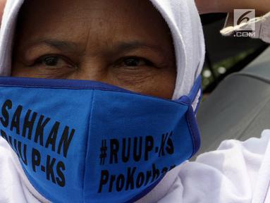 Massa Kolaborasi Nasional mengenakan masker saat mengikuti aksi di depan Gedung DPR/MPR, Jakarta, Selasa (17/9/2019). Massa yang mayoritas kaum hawa mendesak DPR segera mengesahkan Rancangan Undang-Undang (RUU) Penghapusan Kekerasan Seksual (PKS). (Liputan6.com/JohanTallo)