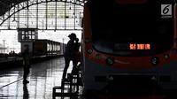 Penumpang menaiki KRL Commuter Line di Stasiun Tanjung Priok, Jakarta, Kamis (17/8). Pada hari ini PT KCJ memberikan gratis tiket Kartu Multi Trip (KMT) KRL Commuter Line Jabotabek untuk memperingati HUT Kemerdekaan RI Ke 72. (Liputan6.com/Johan Tallo)