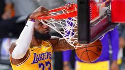Pebasket Los Angeles Lakers, LeBron James, memasukkan bola saat melawan Miami Heat pada gim keempat final NBA di Lake Buena Vista, Rabu (7/10/2020). Lakers menang dengan skor 102-96. (AP Photo/Mark J. Terrill)