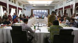 Menteri PPN/Kepala Bappenas Bambang Brodjonegoro saat bertanding dengan Grand Master Catur Indonesia Cerdas Barus (berdiri) dalam acara Porseni 2018 di kantor Kementerian PPN/Bappenas, Jakarta, Jumat (14/9). (Liputan6.com/HO/Bappenas)
