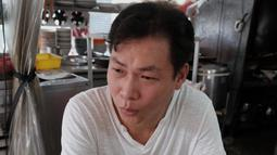 Mantan gangster Taiwan, Yen Wei-shun menjalani bisnis berjualan mi di pasar tradisional New Taipei City, 4 September 2018. Tindakan Yen ini pun menarik perhatian media lokal dan video kehidupannya telah dilihat ratusan ribu kali di YouTube. (SAM YEH/AFP)