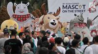 Maskot Asian Games 2018, Kaka badak bercula satu, Atung rusa bawean, dan Bhin Bhin burung cendrawasih saat menyapa warga di Car Free Day, MH Thamrin, Jakarta, Minggu (25/3). (Merdeka.com/Iqbal S. Nugroho)