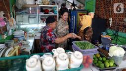 Ketua DPR Puan Maharani (tengah) memesan makanan saat makan siang di Kantin Pujasera, Kompleks Parlemen, Senayan, Jakarta, Selasa (8/10/2019). Puan memesan makan siang dengan menu tongseng, sate, hingga rujak usai berkeliling Kompleks Parlemen. (Liputan6.com/JohanTallo)