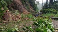 Pasca-gempa bumi, tadi pagi, kembali terjadi longsoran di mana hampir 200 meter jalan tertutupi material longsor. (Foto: Liputan6.com/Abdul Rajab Umar)