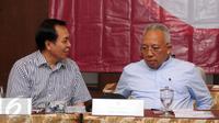 Anggota KEIN, Benny Pasaribu (kiri) berbincang dengan Benny Soetrisno saat hadir dalam Workshop Media di Bogor, Sabtu (13/8/2016). Workshop mensosialisasikan Tupoksi dan program KEIN. (Liputan6.com/Helmi Fithriansyah)