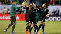Para pemain Meksiko melakukan selebrasi setelah Jonathan Dos Santos mencetak gol ke gawang Amerika Serikat pada Final Gold Cup 2019, Minggu (7/7/2019). (AFP/Dylan Buell)