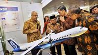 Habibie mempresentasikan R-80 di depan Presiden Jokowi (Antara)