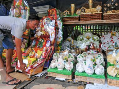 Pemprov DKI Jakarta berencana menertibkan pedagang parcel di jalan Pegangsaan Timur, Cikini, Jakarta, Rabu (15/6/2016). Rencananya para pedagang parsel lebaran tersebut akan direlokasi ke Jalan Penataran dan Pasar Hias Rias. (Liputan6.com/Yoppy Renato)