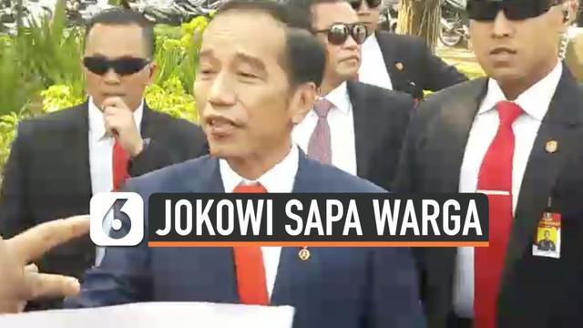 Presiden Jokowi turun dari mobil demi menyapa warga yang memenuhi kawasan Monas. Ini dilakukan Jokowi saat perjalanan menuju Gedung MPR, Jakarta, Minggu (20/10/19).