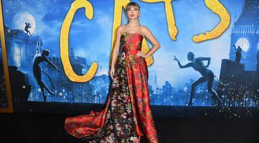 "Penyanyi AS Taylor Swift berpose saat tiba menghadiri pemutaran perdana film ""Cats"" di Alice Tully Hall di New York City (16/12/2019). Taylor Swift  tampil anggun mengenakan gaun bunga merah dengan lipstik merah dibibirnya. (AFP/Angela Weiss)"