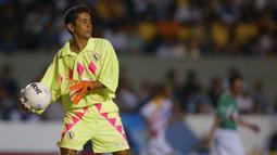 5. Jorge Campos (34 gol) - Sebagai kiper, Campos menjadi penjaga gawang terkecil karena hanya memiliki tinggi 168 cm. Kiper asal Meksiko ini tercatat telah mencetak 34 selama kariernya menjadi penjaga gawang. (AFP/Victor Straffon)