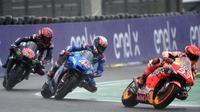Pembalap Repsol Honda, Marc Marquez (kanan), melaju di bawah guyuran hujan pada balapan MotoGP Prancis, di Sirkuit Le Mans, Minggu (16/5/2021). (JEAN-FRANCOIS MONIER / AFP)