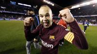 Andres Iniesta mengantarkan Barcelona meraih trofi La Liga 2017-18. (doc. Barcelona)