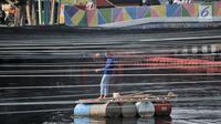Petugas Dinas Sumber Daya Air DKI Jakarta memasang sling atau tali baja sebelum pemasangan waring di Kali Sentiong atau Kali Item, Tanjung Priok, Selasa (31/7). Pemprov DKI Jakarta menambah pemasangan waring sepanjang 100 m. (Merdeka.com/Iqbal S Nugroho)