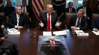 Presiden AS Donald Trump dan posternya yang terinspirasi Game of Thrones (Evan Fucci / AP PHOTO)