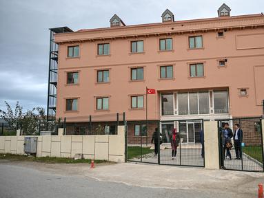 Suasana di depan gedung sekolah di distrik Silivri, Istanbul, Istanbul (29/12/2019). Di sebuah sekolah di pinggiran Istanbul, anak-anak Uighur mengikuti kelas sebelum dan sesudah sekolah reguler mereka. Melalui sekolah ini, mereka diajarkan menjaga budaya dan bahasa Uighur. (AFP/Ozan Kose)