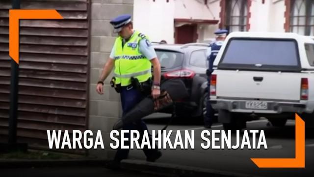 Usai teror, warga Selandia Baru satu persatu datang ke kantor polisi untuk menyerahkan senjata mereka.