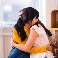 Pelukan ibu yang selalu bisa menenangkan./Copyright shutterstock.com/g/reviewofficial