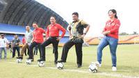 Ketua Umum PSSI, Iwan Bule (tiga dari kanan), bersama Gubernur Sumatra Selatan Herman Deru (baju batik) meninjau langsung Stadion Gelora Sriwijaya Jakabaring, Selasa (11/2/2020). (dok. PSSI)
