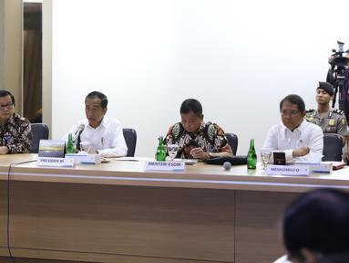 Presiden Joko Widodo (tengah) mendengarkan penjelasan saat mendatangi Kantor Pusat PLN (Persero) di Jakarta Selatan, Senin (5/8/2019). Kedatangan Jokowi untuk meminta penjelasan direksi PLN menyusul peristiwa pemadaman listrik di hampir seluruh Pulau Jawa. (Liputan6.com/Angga Yuniar)