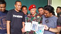 Alun yang merupakan masyarakat Kendari, Provinsi Sulawasi Tenggara itu diamankan di Makodim 1304 Gorontalo karena menjadi anggota TNI gadungan. (Liputan6.com/Arfandi Ibrahim)