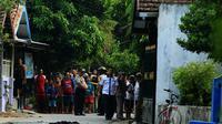 Polisi langsung memasang garis polisi di kawasan Pogar Kidul, Kelurahan Pogar, Bangil, Pasuruan, Jawa Timur, usai terdengar suara ledakan, Kamis (5/7/2018) pagi. (M Zubaidillah/Jawa Pos Radar Bromo)
