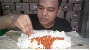 Viral YouTuber Kuli Bangunan Mukbang Sederhana, Hanya Makan Nasi dan Sambal