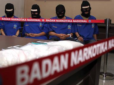 Sejumlah tersangka dihadirkan saat rilis penangkapan 6.642 gram jenis sabu di gedung BNN, Jakarta, Jumat (7/8/2015). Empat tersangka diamankan BNN dari dua lokasi yang berbeda Depok dan Johar Baru-Jakarta Pusat.  (Liputan6.com/Helmi Afandi)