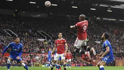 Manchester United yang memegang kendali di awal laga memperoleh peluang pertama pada menit ke-6. Sundulan Anthony Martial memanfaatkan umpan silang Aaron Wan Bissaka masih menyamping dari gawang Everton. (AFP/Oli Scarff)