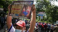 Buruh menggelar aksi kampanye boikot Indomaret di depan Kantor PT Indomarco Prismatama (Indomaret), Jakarta Utara, Kamis (27/5/2021). Aksi itu dukungan terhadap Anwar Bessy, karyawan Indomaret Group yang diseret ke pengadilan oleh perusahaan ritel tersebut. (Liputan6.com/Faizal Fanani)