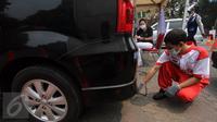 Petugas melakukan uji asap dari kendaraan pribadi saat pelaksanaan uji emisi di Jalan Proklamasi, Jakarta, Selasa (6/10/2015). Uji emisi gratis tersebut bertujuan untuk mengevaluasi kualitas udara perkotaan. (Liputan6.com/Immanuel Antonius)