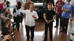 Menkominfo Rudiantara menyambut kedatangan pendiri sekaligus CEO Telegram, Pavel Durov setibanya di kantor Kemenkominfo, Jakarta, Selasa (1/8). Pertemuan Menkominfo dengan Durov untuk menindaklanjuti pemblokiran Telegram. (Liputan6.com/Angga Yuniar)