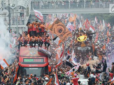Kemeriahan konvoi kemenangan Persija pada Liga 1 di Jalan MH Thamrin, Jakarta, Sabtu (15/12). Konvoi diramaikan dengan kehadiran ribuan Jakmania. (Merdeka.com/Imam Buhori)