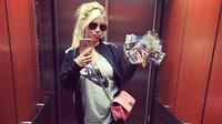 Wanda Nara, istri dari Kapten Inter Milan, Mauro Icardi melakukan selfie. (Instagram)