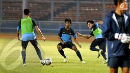 Ilham Udin Armayin (tengah) terlihat berlatih seirus di Stadion GBK Jakarta jelang kualifikasi AFC Grup G (Liputan6.com/ Helmi Fithriansyah)