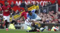 Pemain Manchester United, Aaron Wan-Bissaka, berebut bola dengan penyerang Manchester City, Raheem Sterling, pada laga Premier League di Stadion Old Trafford, Minggu (8/3/2020). Manchester United menang dengan skor 2-0. (AP/Dave Thompson)