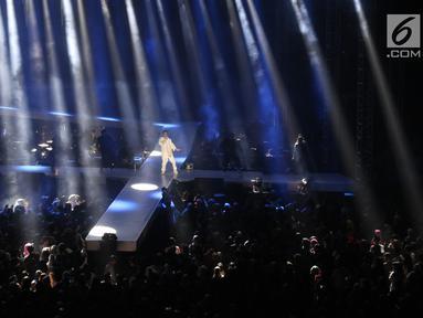 Penyanyi Afgansyah Reza atau Afgan menghibur penggemarnya saat menggelar konser bertajuk Dekade di Istora Senayan, Jakarta, Jumat (8/8/2019). Konser ini merupakan penanda 10 tahun penyanyi Afgansyah Reza di industri musik Indonesia. (Liputan6.com/Angga Yuniar)