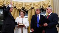 Rex Tillerson diambil sumpah jabatan sebagai Menlu AS oleh Wapres Mike Pence disaksikan Presiden Donald Trump di Gedung Putih, Washington, Rabu (1/2). Mantan CEO ExxonMobil itu mendapat suara dukungan 56 berbanding 43. (AP Photo/Carolyn Kaster)