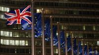 Bendera Inggris dijajarkan dengan bendera Uni Eropa. (Foto: AFP / François Walshaerts)