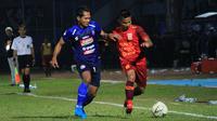 Hendro Siswanto (Arema) berduel dengan Abdul Rachman (Borneo FC) di Stadion Kanjuruhan, Kabupaten Malang (13/9/2019). (Bola.com/Iwan Setiawan)