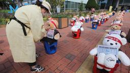 Pedagang kaki lima menempatkan boneka beruang untuk memprotes kekerasan terhadap PKL ilegal, di depan kantor distrik Mapo di Seoul, Kamis (24/9/2020). Boneka beruang itu menggantikan pengunjuk rasa untuk menghindari pelanggaran larangan aksi dengan lebih dari 10 orang.  (AP Photo/Ahn Young-joon)